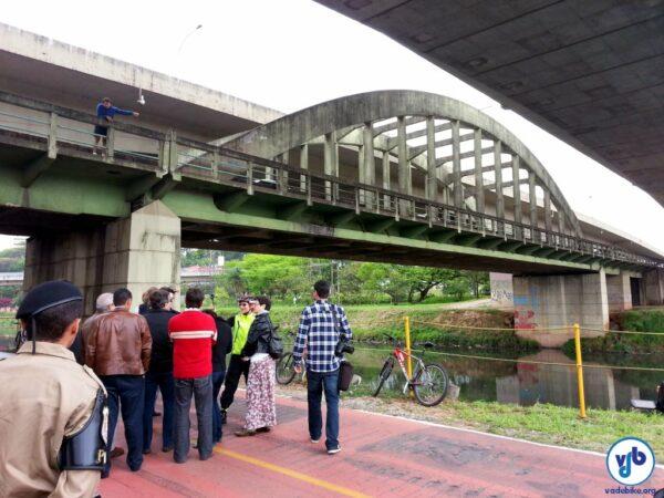 Sobre a ponte, André Pasqualini mostra o ponto onde pode ser construída uma rampa, que levaria  à lateral da pista da ciclovia. Foto: Willian Cruz