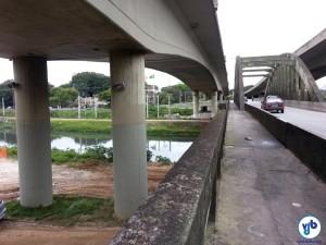 A passarela na lateral da ponte e o acesso à pista de terra, que pode ser vista após as duas colunas da ponte nova. Foto: Willian Cruz