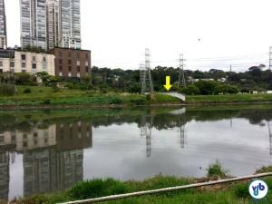"""A ponte flutuante, na região da Vila Olímpia, será posicionada """"para cá"""" do muro apontado pela seta, que demarca a área da Usina, que tem acesso restrito. Foto: Willian Cruz"""