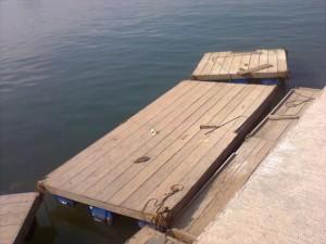 Exemplo de estrutura flutuante. Obviamente a ponte será mais larga e com proteções nas laterais. Imagem: Metrô/Reprodução