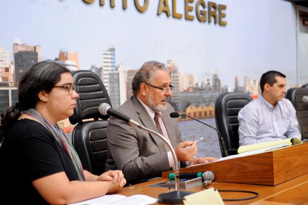 Livia Araujo, da Mobicidade, e Pablo Weiss, da ACPA, dividem a mesa com o vice-presidente da Câmara, Bernardino Vendruscolo. Foto: Ederson Nunes