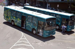 Os ônibus do Bike GV, que transportam os ciclistas através da ponte. Foto: Thiago Guimarães/Divulgação