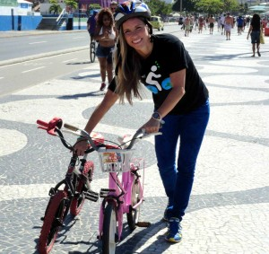 Voluntária mostra duas bicicletas que foram doadas em um condomínio do Leblon, no Rio de Janeiro. Foto: Mentes de Ferro/Divulgação