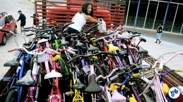 Em 2012, a ONG Bicicreteiros conseguiu encher um caminhão com as bicicletas reformadas, que foram doadas para crianças e jovens de uma comunidade em São Paulo. Foto: Rachel Schein