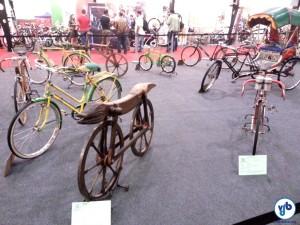 Detalhe da exposição de bicicletas antigas. À frente, a reprodução de um celerífero, de 1780.
