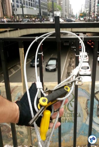 Ferramentas foram disponibilizadas de forma anônima e estão presas à grade da Praça. Foto: Willian Cruz