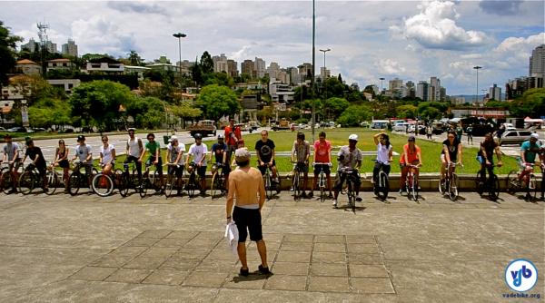 Ciclistas aguardam início da prova de anticorrida, onde vence quem chegar por último. Foto: Rachel Schein