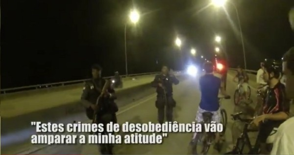 Policiais ameaçam ciclistas que tentaram cruzar a ponte coletivamente, em agosto de 2013. Imagem: Rafael Darrouy/Reprodução