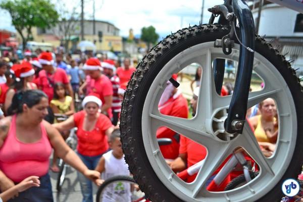 Crianças de duas comunidades que ficam ao longo da Rota Márcia Prado receberam as bicicletas. Foto: Rachel Schein
