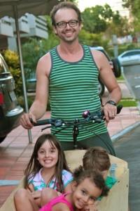 """Com sua """"bicicaixa"""", o músico Artur Elias encontrou uma alternativa para transportar filhos e coleguinhas com conforto. Foto: arquivo pessoal"""
