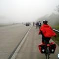 """Código de Trânsito define acostamento como o local destinado à parada de veículos em emergência e à """"circulação de pedestres e bicicletas"""". Foto: Willian Cruz"""