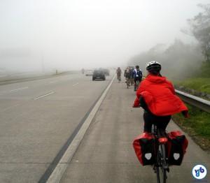 """CTB define acostamento como o local destinado à parada de veículos em emergência e à """"circulação de pedestres e bicicletas"""". Foto: Willian Cruz"""