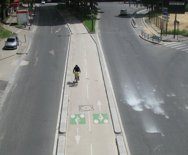 uma das ciclovias que compõem os atuais 371 quilômetros de vias cicláveis existentes em Paris. Crédito: Wikimedia Commons