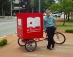 Robson Mendonça e sua Bicicloteca. Foto: Divulgação