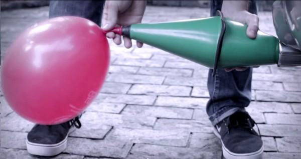 Em apenas três segundos, os gases emitidos por um automóvel são suficientes para encher esse balão. Imagem: Reprodução