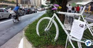 Uma bicicleta branca (ghost bike) marca o local onde Marcia Prado faleceu atropelada por um motorista de ônibus. A uma quadra dali está outra ghost bike, em memória de Julie Dias. Foto: Willian Cruz