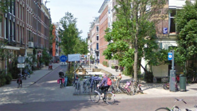 Atualmente, as ruas do bairro De Pijp e de diversos pontos de Amsterdã são propícias à circulação de pessoas, em prioridade aos veículos motorizados. Crédito: Google Street View