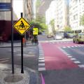 Simulação de ciclofaixa na rua Toneleros, em Copacabana. Foto: Transporte Ativo/Divulgação
