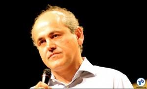 O prefeito Gustavo Fruet tentou falar, mas estava difícil. Foto: Rachel Schein
