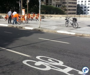 Indicação de ciclorrota com pictograma de bicicleta pintado no asfalto