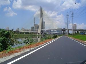 Nessa outra imagem, um pouco mais antiga, outro trecho da pista nova. A ponte estaiada pode ser vista ao fundo. Foto: Consórcio Monotrilho/Divulgação