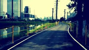 A pista nova, já com o isolamento separando o ciclista das águas do rio. Foto: Pscycle