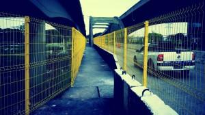 A passarela da Ponte João Dias foi cercada por grades. Foto: Pscycle