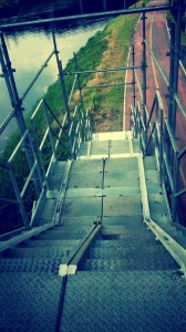 Escadaria da Ponte João Dias, dando acesso à pista antiga da ciclovia. Perceba as canaletas nas laterais. Foto: Pscycle