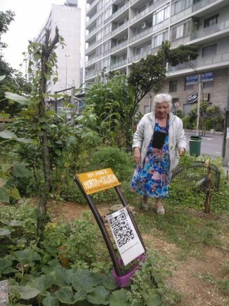 Senhora que passava pela horta e decidiu colher manjericão: cidade passa a pertencer às pessoas. Foto: Poline Lys
