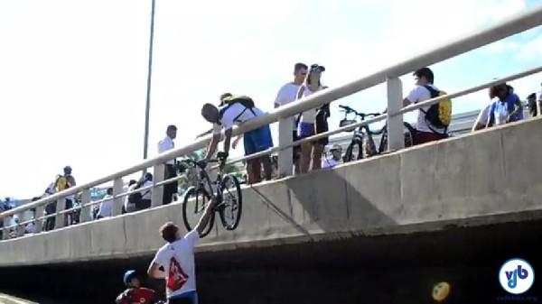 Muitos participantes tiveram que improvisar para conseguir pedalar as bicicletas novas. Foto: Rachel Schein