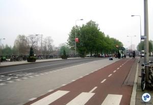Ciclovia em Amsterdam. Ao fundo, um bicicletário. Foto: Cristiano Bertoni