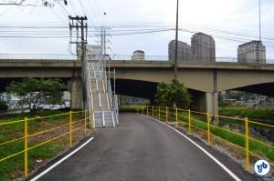 Escada termina dentro da ciclovia, diminuindo o espaço de circulação e criando um ponto cego, que pode causar colisões entre os ciclistas. Foto: Rachel Schein