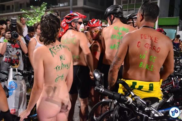 Cerca de 400 ciclistas participaram da pedalada, com graus variados de nudez. Foto: Rachel Schein