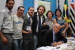 Em março, defensores da isenção de IPI para bicicletas encontraram-se com Senadores e Deputados em Brasília. Na foto, da esquerda para a direita: Jonas Bertucci (Rodas da Paz), Willian Cruz (Vá de Bike), João Lacerda (Transporte Ativo), Daniel Guth (Bicicleta Para Todos),  Ana Lia de Castro (Abradibi) e Renata Flor (Rodas da Paz). O Senador à frente do grupo é Eduardo Suplicy (PT-SP). Foto: Transporte Ativo