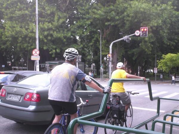 Estrutura é instalada atrás da faixa de pedestres, e pode servir de apoio e descanso a ciclistas que esperam o semáforo abrir. Foto: Vinícius Rosa Leyser