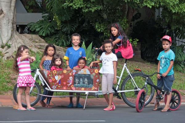 O principal sucesso da bicicaixa de Artur Elias é com a criançada. Todo mundo quer ser levado para passear no novo veículo. Foto: Arquivo pessoal/Artur Elias