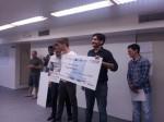 Tiago Barufi (esquerda) e Tiago Fassoni, da equipe BEM OK, seguram o prêmio de R$ 7 mil que receberam pelo aplicativo de rotas para bicicleta que desenvolveram. Foto/Fernanda Campagnucci