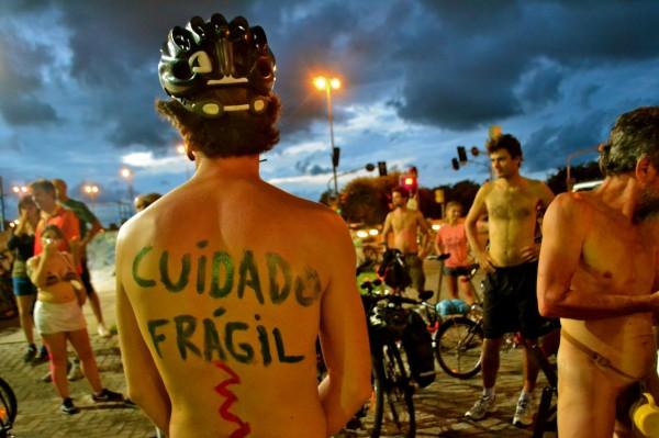 Nudez mostra como ciclistas se sentem nas ruas: invisíveis e desprotegidos. Foto: Rachel Schein