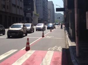 Segundo Código de Trânsito Brasileiro, estacionar o carro em ciclovia ou ciclofaixa é infração grave; já circular com o automóvel por esses locais é infração gravíssima. Foto: Reprodução/Niterói de Bicicleta