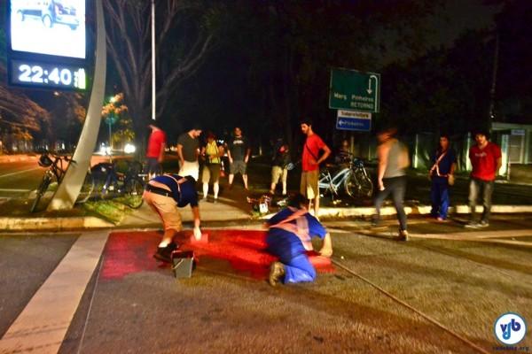 Grupo de ciclistas sinaliza trechos críticos de ciclovia. Pintura deveria ter sido feita pelo poder público há tempos. Foto: Rachel Schein