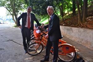 """Membros da comissão holandesa fizeram """"experiência de mobilidade"""" pedalando em estacionamento. Bicicletário oferecido a quem chegou de bike ficava distante do local do evento. Foto: Rachel Schein"""