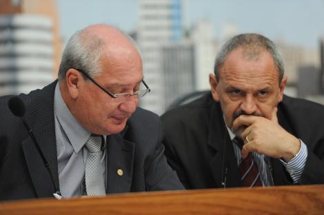 À direita, o presidente da EPTC, Vanderlei Capellari, observa o público presente na audiência pública. (Imagem: Tonico Alvares/CMPA)