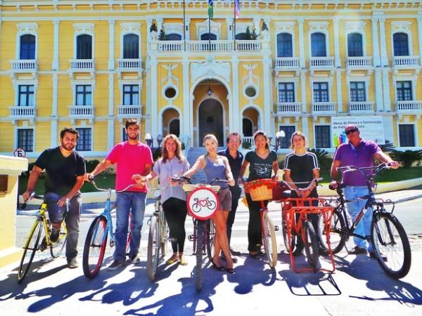 Ciclistas capixabas diante do Palácio Anchieta, sede do governo do Espírito Santo, antes de reunião com o governador. Foto: Reprodução/CUC