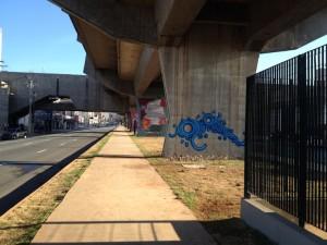 Em primeiro plano, grafite do artista Zezão. Foto: Enzo Bertolini