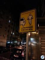 Sinalização vertical em ciclorrota do Rio de Janeiro: reforçando a prioridade prevista em lei. Foto: Willian Cruz