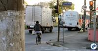 Ciclista na Av. Eliseu de Almeida, em trecho ainda sem ciclovia: entre ônibus e caminhões. Foto: Rachel Schein