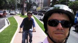 """No """"Dia de Bike ao Trabalho"""" de 2013, Francisco Albuquerque (ao fundo) foi ao trabalho pedalando pela primeira vez, em um percurso de 7km, acompanhado de seu amigo e sócio Wagner Lucio, que nos enviou essa foto."""