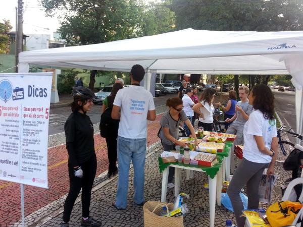 Belo Horizonte foi uma das cidades a organizar um café da manhã para quem passava de bicicleta. Foto: Bike Anjo BH / Divulgação