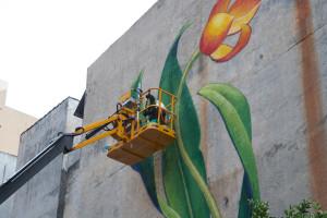Uma das atrações da praça é um mural da artista suíça radicada nos EUA Mona Caron, realizada durante a 3a edição do Fórum Mundial da Bicicleta. Crédito: Thiago Fantinati / Divulgação III FMB