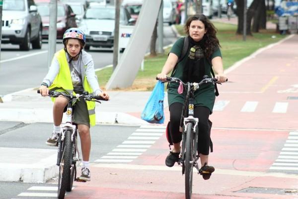 Rachel Schein, uma de nossas colaboradoras, pedalando com seu filho Gabriel. Foto: Ivson Miranda